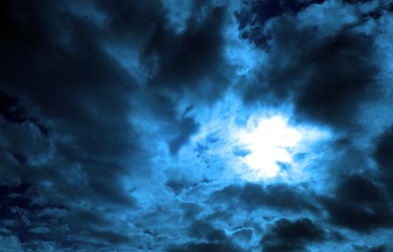 Wolkeninferno: Dramatische Wokenstimmung in Blau