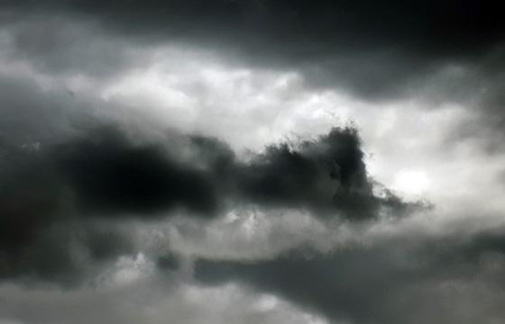 Dunkle Wolken am trüben Himmel ...