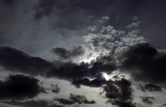 Schwarze Wolken im Gegeblicht