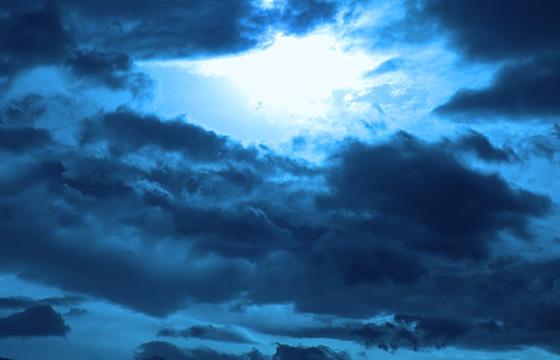 Inferno in Blau: Phantastische Wolkenstimmung im Gegenlicht
