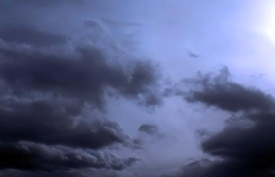 Dunkle Wolken am blauen Himmel ...
