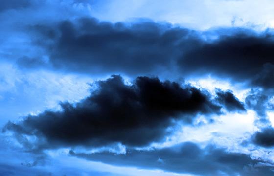 Schwarze Gewitterwolke am Himmel - surrealistische Stimmung