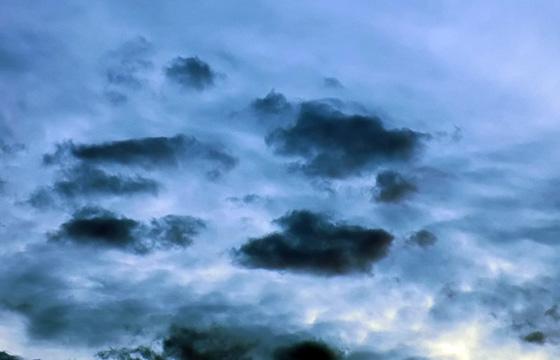 Wetter: Kleine schwarze Wolken zieren den Himmel ...