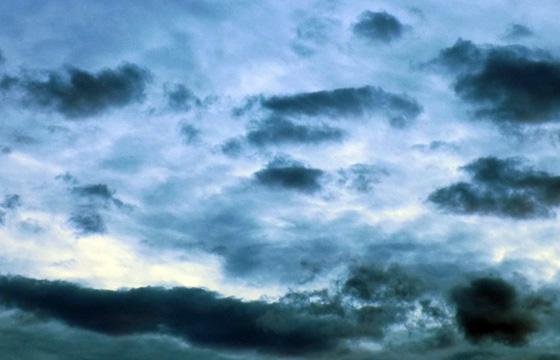 Dicke schwarze Wolken am Himmel - Vorboten einer Wetterfront