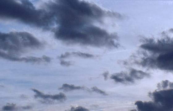 Dunkle Wolken am trüben Himmel - Vorboten einer Wetterfront