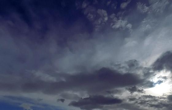 Wolkenformation mit schwarzen Wolken / Wetterumbruch