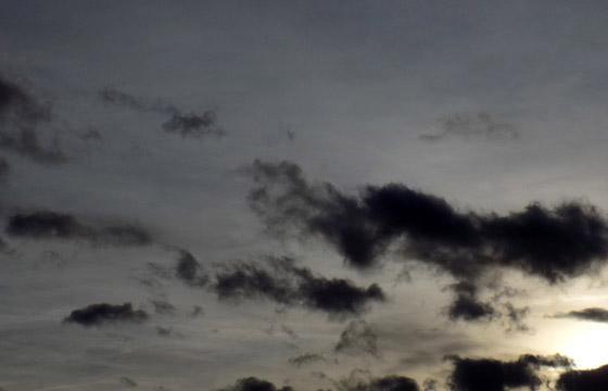 Selten alleine: Schwarze Wolken am dunklen Himmel