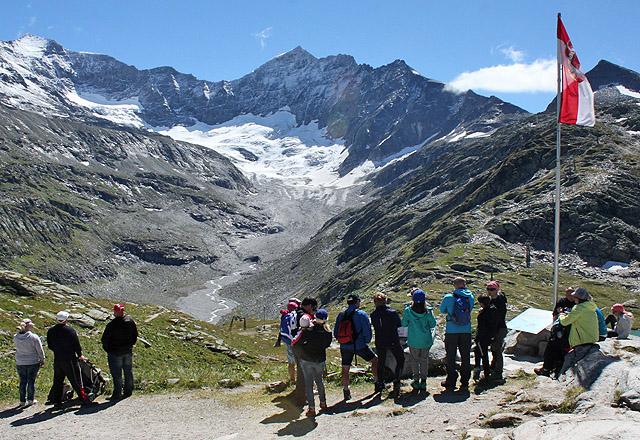Wanderer, Bergsteiger - und Touristen bei der Rudolfshütte