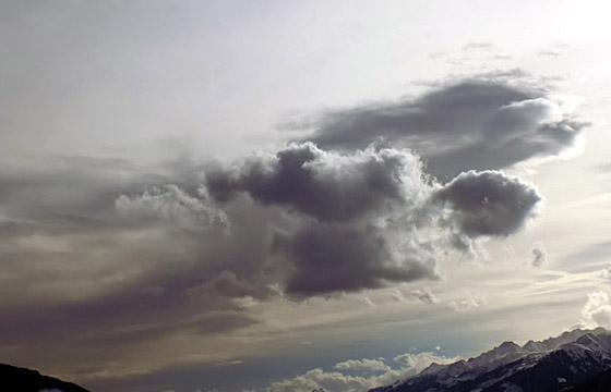 Dicke Wolken als Ausläufer einer Schlechtwetterfront über dem Pinzgau