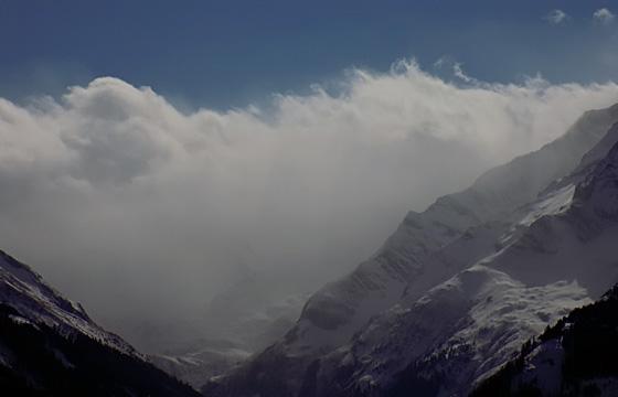 Wetterscheide Alpenhauptkamm: Dicke Wolkenfront über den Hohen Tauern.