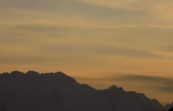 Alpenhauptkamm: Wolkendecke in Abenddämmerung kündigt Wetterumbruch an.