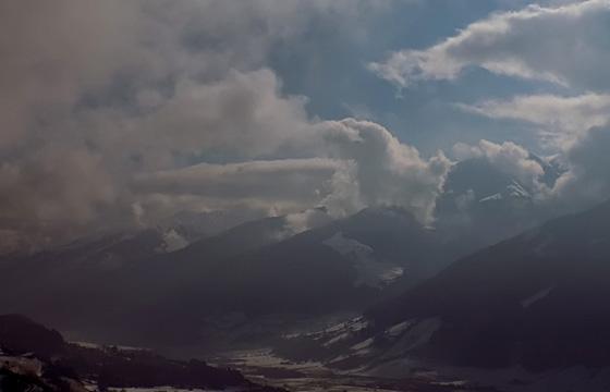 Dunkle Wolken einer Wetterfront über dem Pinzgau
