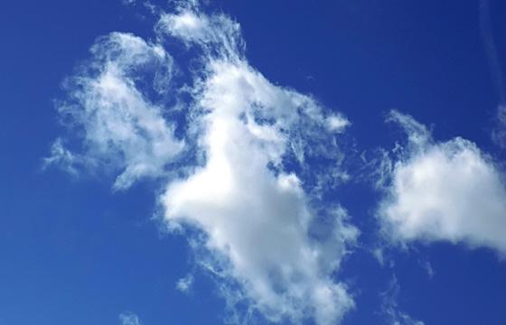Weisse Wolken am blauen Himmel
