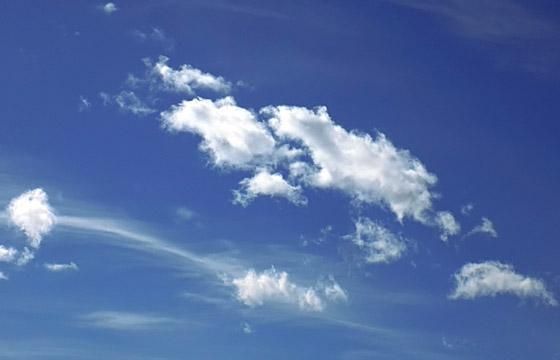 Zarte Wolken am blauen Himmel