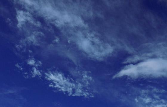 Interessantes Wolkenmuster am blauen Himmel