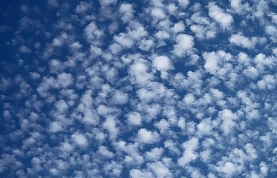 Schäfchenwolken am blauen Himmel