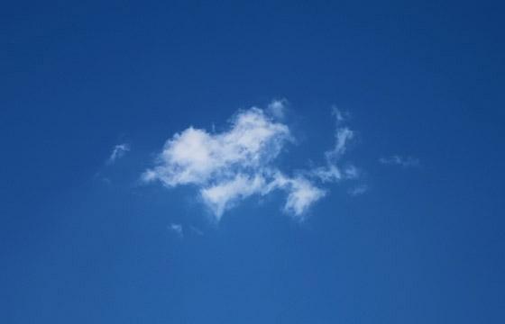 Kleine Wolke am blauen Himmel
