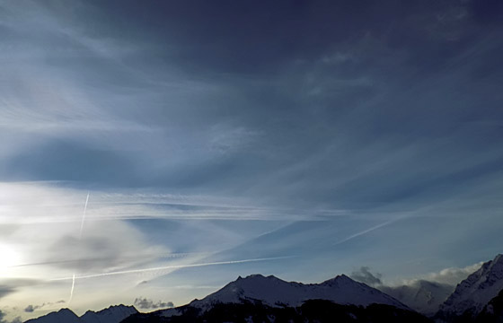 Wolkenformation über den Hohen Tauern, Kondensstreifen