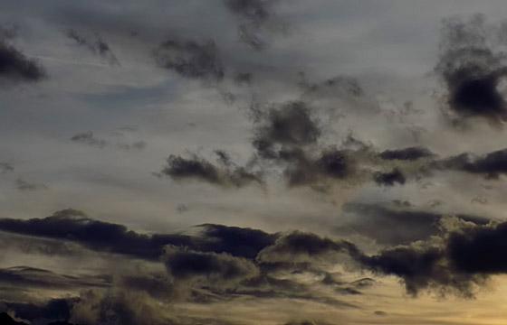 Dunkle Wolken am abendlichen Himmel