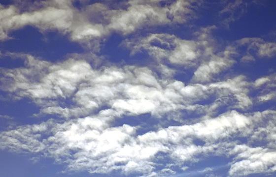 Wolkenformation am blauen Himmel