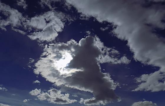 Wolkenformation im Gegenlicht